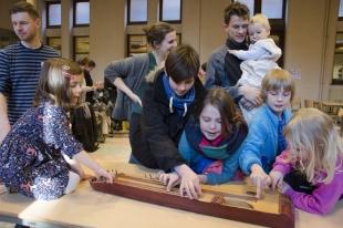 Bucz Júlia: presentatie van het Zengő- atelier voor Hongaarse volksmuziek voor kinderen