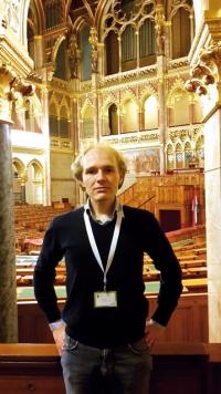 Tim Baas in het parlementsgebouw van Budapest - Alumni-meeting 2016